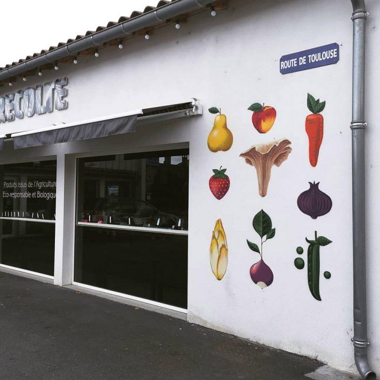 """Réalisation d'une peinture décorative sur la façade de l'épicerie fine """"La Récolte"""" à Castelsarrasin."""