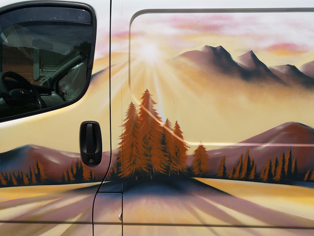 Peinture décorative sur un camion Renault Trafic aménagé