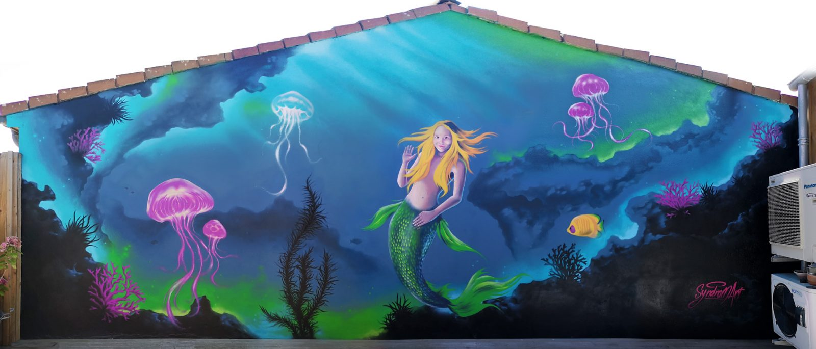 Fresque murale fantaisie sur le thème de la sirène dans un fond marin avec poisson tropical, coraux et méduses